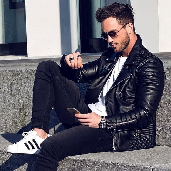 Outfits with white sneakers for men (42)