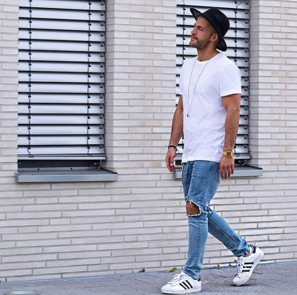 Outfits with white sneakers for men (41)