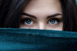 1_Closeup-of-a-brunette-womans-eyes