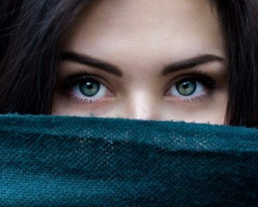 1_Closeup-of-a-brunette-womans-eyes